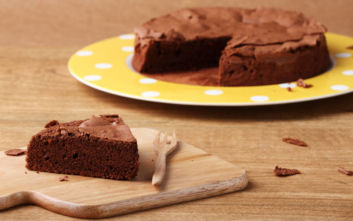 Σοκολατένιο κέικ με δύο μόνο υλικά