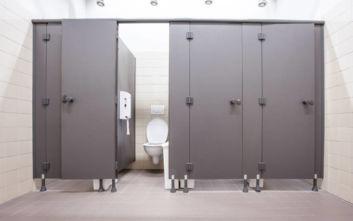 Γιατί οι πόρτες στις δημόσιες τουαλέτες έχουν κενό από κάτω