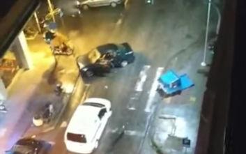 Παρέσυρε κάδους, άφησε το αμάξι του στη μέση του δρόμου και εξαφανίστηκε