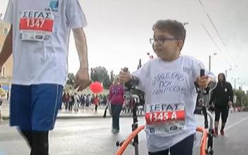 Ο 7χρονος Μιχάλης με την τετραπληγία που συγκίνησε στον Μαραθώνιο