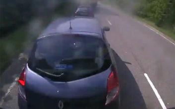 Τρομακτικό τροχαίο: Φορτηγό πέφτει πάνω σε σταματημένα αυτοκίνητα στη Βρετανία