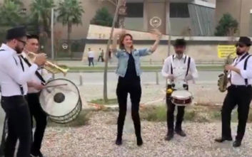 Γυναίκα γλέντησε με τραγούδι και χορό το διαζύγιό που πήρε μετά από 3,5 χρόνια