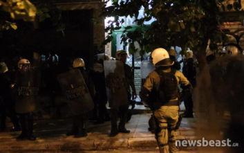 Πολυτεχνείο: Η αστυνομία έσπασε την πόρτα και μπήκε στο κτίριο ενώ παράλληλα ακουγόταν κλασική μουσική