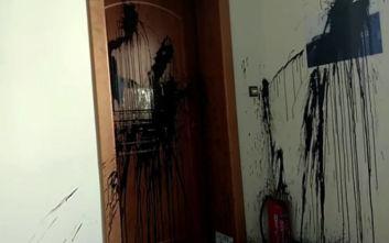 Ρουβίκωνας: Επίθεση με μπογιές στο γραφείο της Κεραμέως