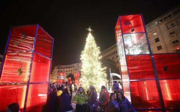Θεσσαλονίκη: Μαγεμένες Γιορτές-Άναψε το χριστουγεννιάτικο δέντρο στην πλατεία Αριστοτέλους