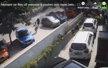 Θανατηφόρο τροχαίο: Αυτοκίνητο έπεσε από γέφυρα, πάνω σε πεζούς