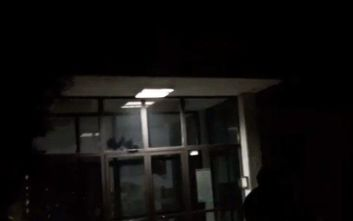 Θεσσαλονίκη: Αντιεξουσιαστές πέταξαν μπογιές στην Εθνική Σχολή Δικαστικών Λειτουργών