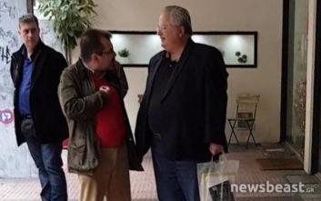 Βόλτα στη στολισμένη Αθήνα για τον πρώην υπουργό Νίκο Κοτζιά
