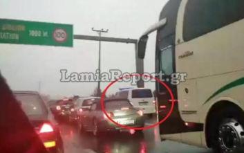 Έκλεισε η Αθηνών – Λαμίας και στα δύο ρεύματα: Ασθενοφόρο εγκλωβίστηκε στη ΛΕΑ