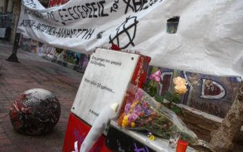 Αλέξης Γρηγορόπουλος: Λουλούδια και κεριά στο σημείο που έπεσε νεκρός