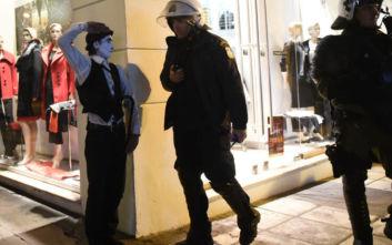 Πορεία στη Θεσσαλονίκη: Όταν τα ΜΑΤ συνάντησαν έναν καλλιτέχνη του δρόμου