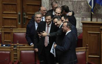Οι selfies του Κυριάκου Μητσοτάκη με τους υπουργούς στη Βουλή