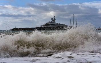 Ρέθυμνο: Παραλίγο τραγωδία με ναύτη στο λιμάνι, έπεσε από καράβι λόγω κακοκαιρίας