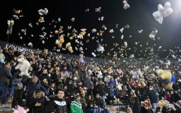 Εντυπωσιακό σκηνικό στην Τούμπα, οπαδοί του ΠΑΟΚ πέταξαν λούτρινα αρκουδάκια στο γήπεδο