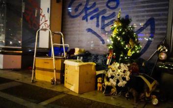 Χριστούγεννα 2019: Άστεγος στόλισε το «σπίτι» του στην Αθήνα