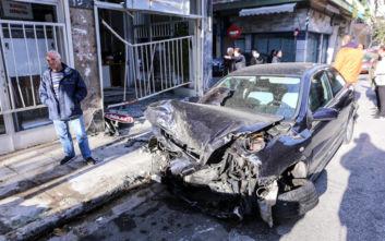 Κολωνός: Αυτοκίνητο σε τρελή πορεία κατέληξε μέσα σε καθαριστήριο