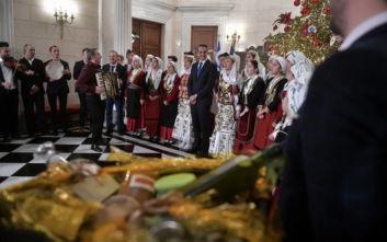 Ο Κυριάκος Μητσοτάκης άκουσε τα κάλαντα της Πρωτοχρονιάς από παιδιά και συλλόγους