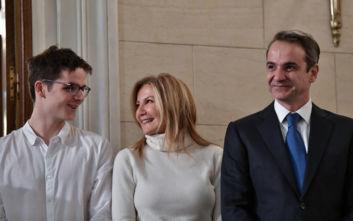 Πρωτοχρονιάτικα κάλαντα: Το τρυφερό φιλί της Μαρέβα Μητσοτάκη στον γιο της