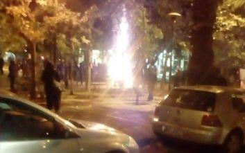 Άγνωστοι έκαψαν το χριστουγεννιάτικο δέντρο στην πλατεία Εξαρχείων