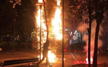 Κάηκε και το δεύτερο χριστουγεννιάτικο δέντρο στην πλατεία Εξαρχείων