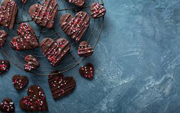 Σπιτικά σοκολατάκια σε σχήμα καρδιάς