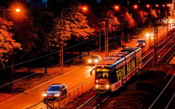 Επιβάτες σταμάτησαν την «τρελή» πορεία τραμ όταν ο οδηγός του λιποθύμησε