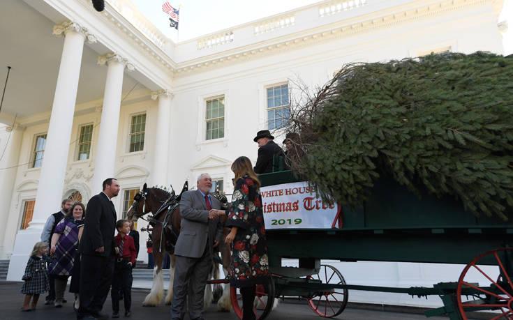 Η Μελάνια Τραμπ παρουσίασε την υπέρλαμπρη… πατριωτική χριστουγεννιάτικη διακόσμηση