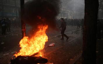 Σοβαρά επεισόδια στο Παρίσι: Δακρυγόνα, φωτιές και συγκρούσεις της αστυνομίας με τους διαδηλωτές