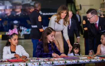 Μελάνια Τραμπ: Μεταμορφώθηκε σε «Άγιο Βασίλη» με κόκκινες ψηλές μπότες και πανάκριβη φούστα