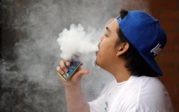 ΗΠΑ: Στα 21 αυξήθηκε το όριο ηλικίας για την αγορά προϊόντων καπνού και ατμίσματος