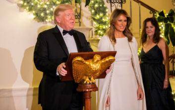 Μελάνια Τραμπ: Υπέρλαμπρη εμφάνιση με λευκή τουαλέτα διακοσμημένη με κρυστάλλους
