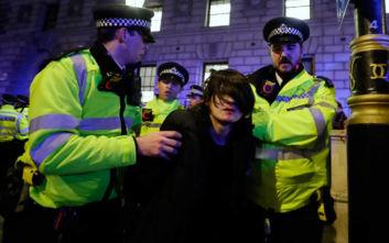 «Μπόρις, έξω» τραγούδησαν εκατοντάδες διαδηλωτές σε πορεία στο Λονδίνο κατά του Τζόνσον