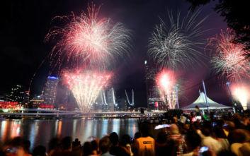 Πρωτοχρονιά 2020: Αλλαγή έτους με εντυπωσιακά πυροτεχνήματα, πυρκαγιές και διαδηλώσεις