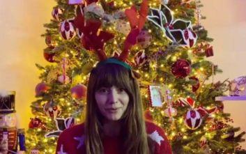 Η Ηλιάνα Παπαγεωργίου εύχεται «Καλά Χριστούγεννα» φορώντας στέκα με κερατάκια και κουδούνια