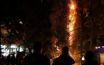 Εξάρχεια: Το βίντεο από το κάψιμο του χριστουγεννιάτικου δέντρου στην πλατεία