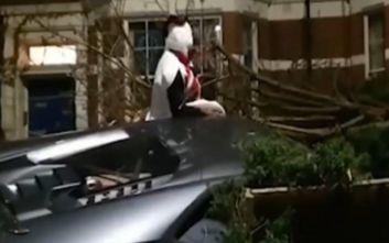 Παίκτης της Γουέστ Χαμ τράκαρε τη Λαμποργκίνι του σε κήπο ντυμένος χιονάνθρωπος