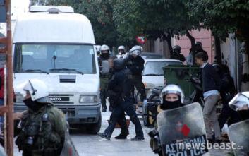 Ένταση και προσαγωγές στην τριπλή επιχείρηση εκκένωσης καταλήψεων στο Κουκάκι