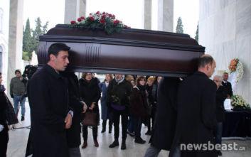 Θάνος Μικρούτσικος: Σε λαϊκό προσκύνημα η σορός του, στις 14:30 η πολιτική κηδεία