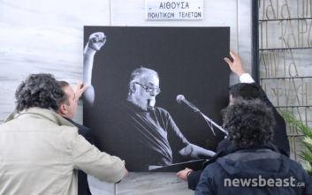 Συγκίνηση, δάκρυα, τραγούδια και παρατεταμένο χειροκρότημα στην κηδεία του Θάνου Μικρούτσικου