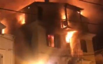 Φωτιά στην Κέρκυρα: Μητέρα και παιδί πήδηξαν από τον 3ο και σώθηκαν χάρη στην τέντα εστιατορίου