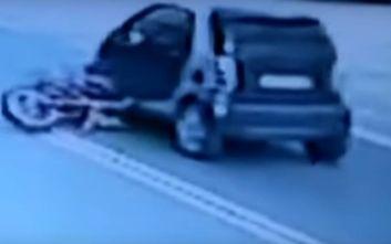 Βίντεο - σοκ από το θανατηφόρο τροχαίο στη Λαυρίου: Μοτοσικλετιστής καρφώθηκε κάτω από αυτοκίνητο