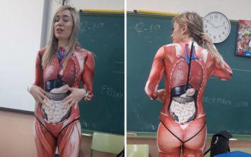 Δασκάλα διδάσκει την ανατομία του σώματος με ένα κολλητό ολόσωμο κορμάκι