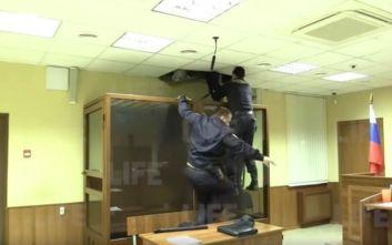 Θρασύτατος δολοφόνος προσπάθησε να το σκάσει από το ταβάνι του δικαστηρίου