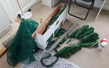 Έφτιαξε χριστουγεννιάτικο δέντρο... Γκοτζίλα