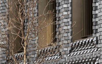 Το κτίριο που παίζει φιλάρεσκα με τα τούβλα