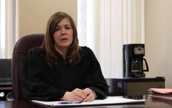 Δικαστής κατηγορείται ότι είχε έκανε τρίο με συναδέλφους της στο γραφείο της