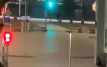 Μόσχα: Οι πρώτες εικόνες από τη στιγμή που πέφτουν βροχή οι πυροβολισμοί