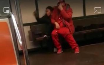 Η τρομακτική στιγμή που άνδρας προσπαθεί να απαγάγει μια κοπέλα στο μετρό