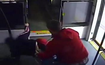 Ρίχνει ανάπηρη γυναίκα στο πάτωμα του τρένου και αρπάζει το αμαξίδιό της
