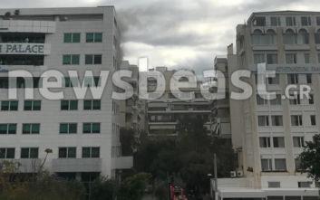 Οι πρώτες φωτογραφίες από τη φωτιά σε ξενοδοχείο στη Συγγρού, πληροφορίες για εγκλωβισμένους